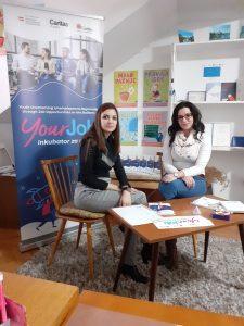 Milica na razgovoru sa savetnicom u Inkubatoru za mlade Caritasa Zrenjanin